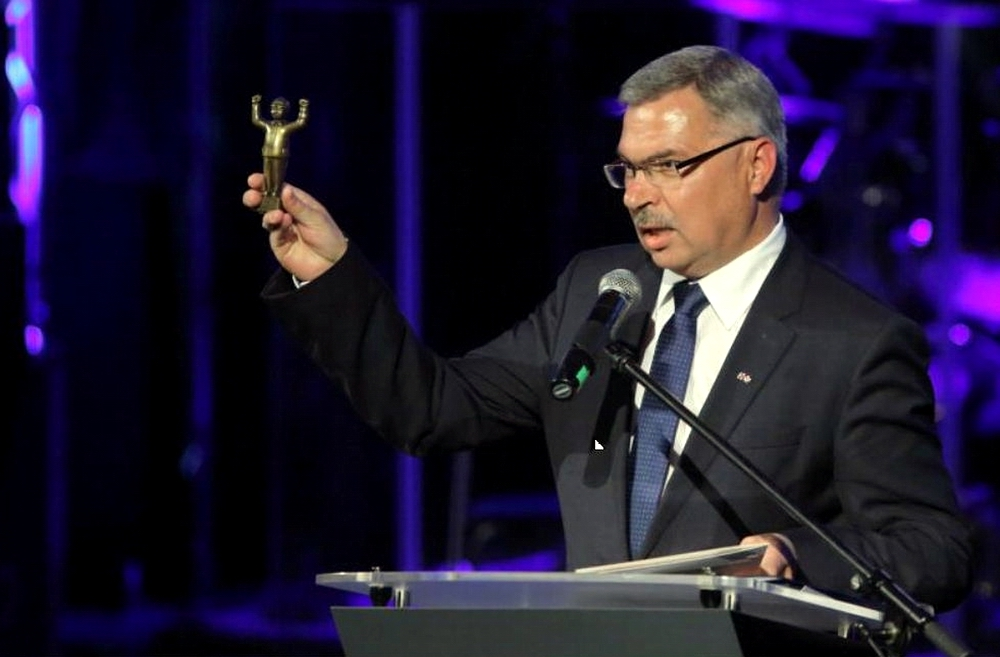 """Krzysztof Dośla representing the """"Solidarity"""" trade unions, with the statue of """"Winner Worker"""" presented to president Piotr Soyka. Photo: Grzegorz Mehring"""
