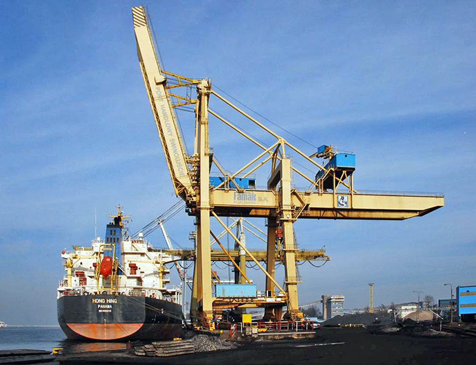 Example of Famak's built port equipment - ship to shore gantry crane for dry bulk cargoes in Swinoujscie, Poland.