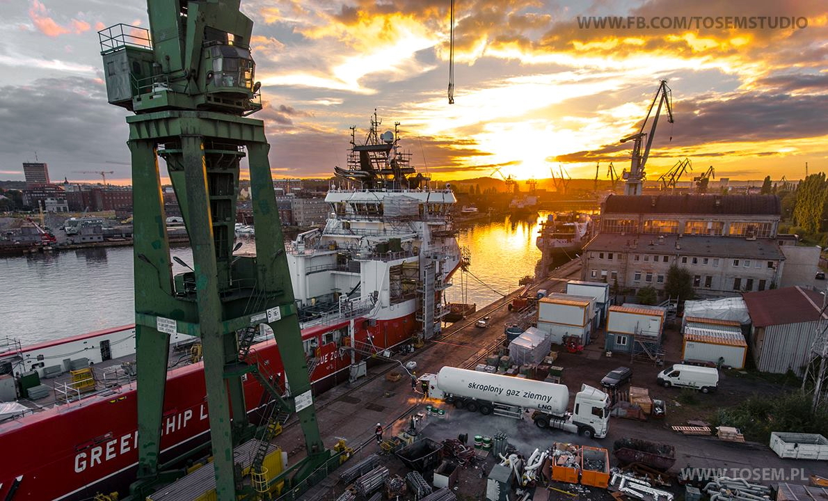 Siem Harmony at Remontowa Shipbuilding during LNG bunkering. Photo: TOSEM