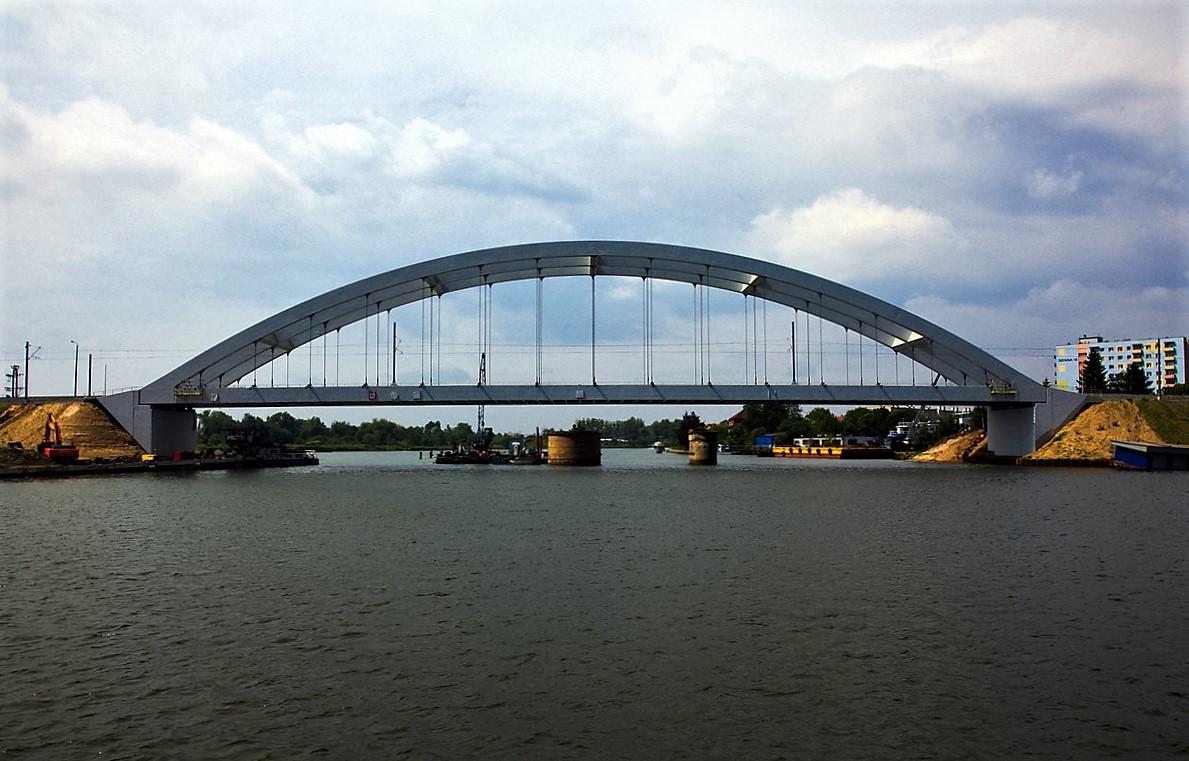 The new railway bridge over the Martwa Wisla leading to the Port of Gdansk. Photo: D. Dulian / www.portgdansk.pl