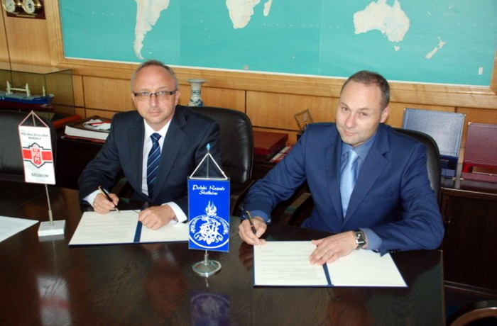 Paweł Szynkaruk (on the left), General Director of Polsteam and Andrzej Madejski, President of the Board in Polish Register of Shipping signing the agreement. Photo: courtesy of PRS