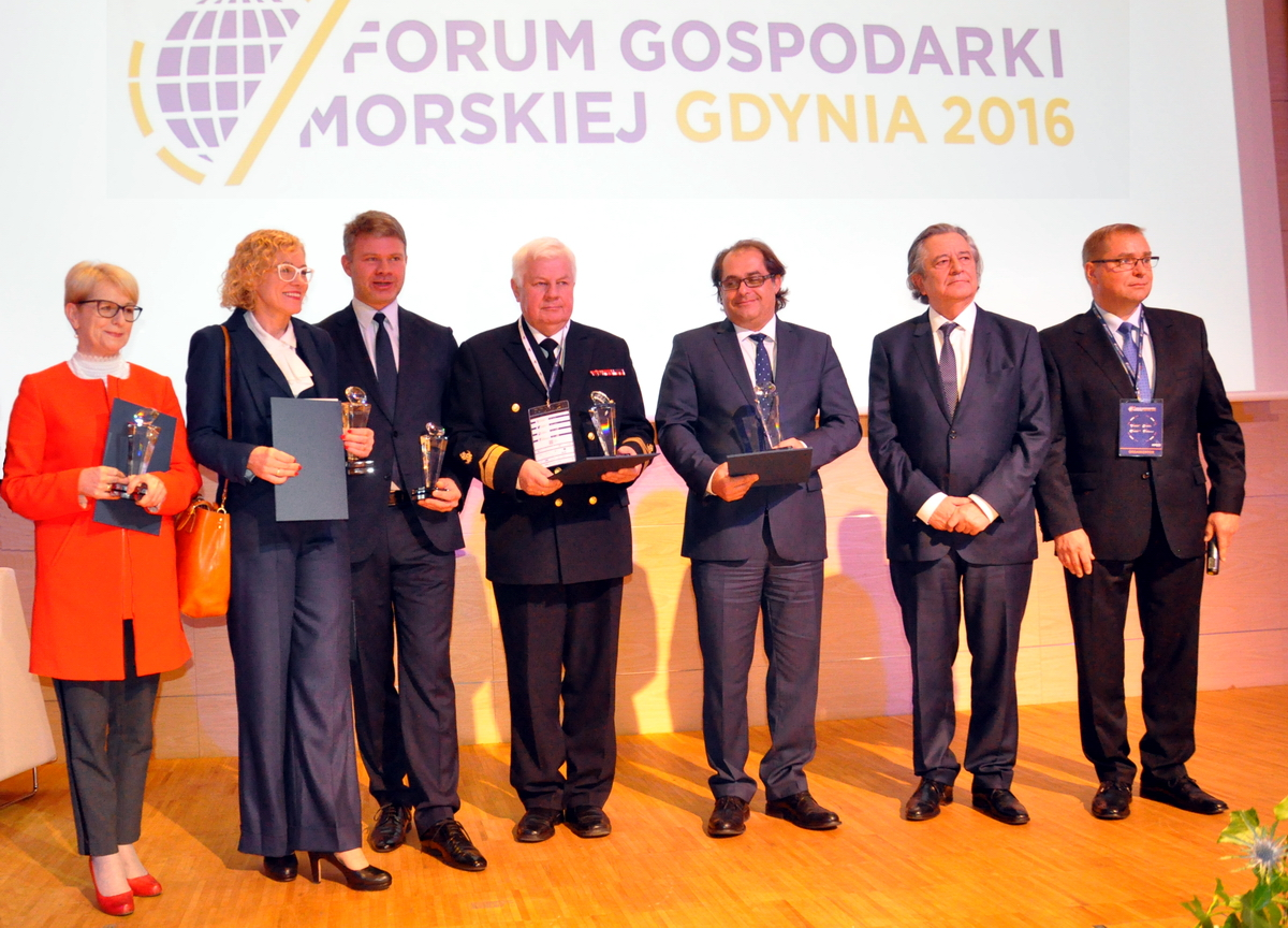 "The winners of the ""Innovative Maritime Economy 2016"" Awards with the founder-sponsor Piotr Soyka (second from the right). Photo: Jerzy Uklejewski"