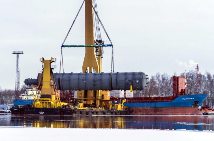 The 290 tonne column that had arrived in Gdańsk onboard the Wilson Gaeta carrier, was firstly lifted up by the Maja floating crane and then lowered onto the quay. Photo: Piotr Stareńczak/PolandatSEA.com