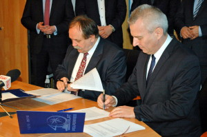 Signing of the newbuilding contract for new PŻB ro-pax - from left: Marek Różalski (MSR Gryfia president) and Piotr Redmerski (PŻB CEO).  Photo: PŻB