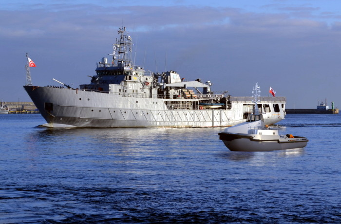Rendering of the tug to be built for the Polish Navy (the smaller ship). In the background ORP Kontradmiral Xawery Czernicki, a multitask logistical support ship of the Polish Navy, previously built and delivered in 2001 at the Remontowa Shipbuiding shipyard (at that time known as the Northern Shipyard). Fig.: NED