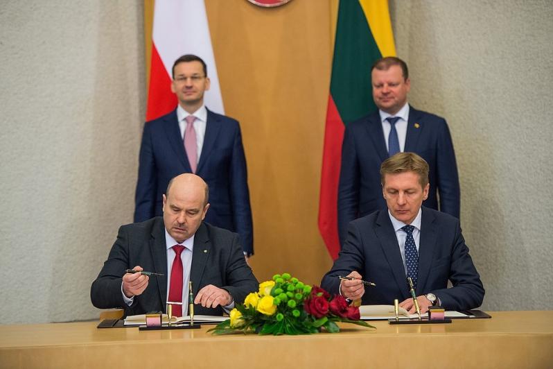 The document was signed by Dariusz Słaboszewski, the President of Szczecin-Świnoujście Seaports, and Arvydas Vaitkus, the Director General of the Klaipeda Seaport