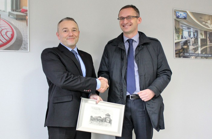 Paul Armstrong, manager of Polish branch of MJM Group and major of Pruszcz Gdański, Janusza Wróbel, during opening of a new office of the Northern Irish company in Pruszcz Gdański.
